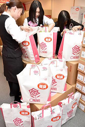 県内各百貨店などは初売りに向け、福袋の準備に追われた。大沼山形本店は約5500個を販売する=山形市