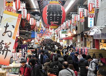 迎春用の食材を買い求める人や訪日外国人観光客らでにぎわう商店街=30日、大阪市中央区の黒門市場