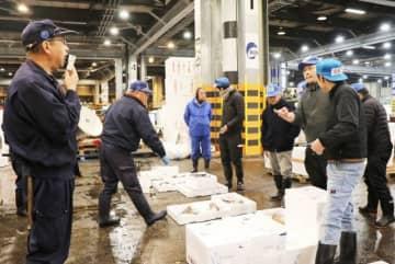 今年最後の取引が行われた岡山市中央卸売市場の「とめ市」