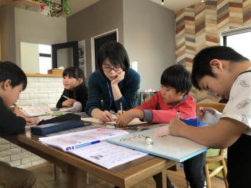 モデルハウス内で冬休みの宿題に取り組む子どもたち=つくば市学園の森