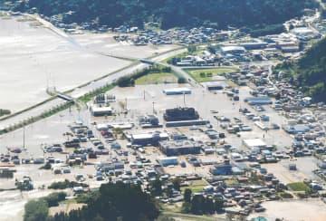 大規模な浸水で孤立状態となった宮城県丸森町役場(中央)=10月13日
