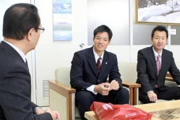 佐藤雅一・魚沼市長(左)にプロ野球、広島での活躍を誓う韮沢雄也選手(中央)=30日、魚沼市役所