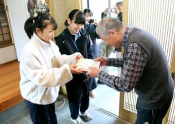おせちを届ける小須戸中の生徒=30日、新潟市秋葉区