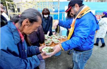 横浜・寿地区の年越しにぬくもりを 恒例のそば炊き出し