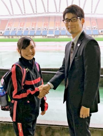 スタッフの一人、金橋輝さん(右)に感謝を伝えた伊礼門千珠さん=26日、熊本県民総合運動公園陸上競技場(伊礼門和徳さん提供)