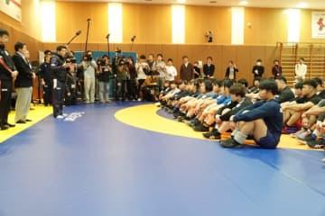 12月31日午後4時、全員が集合。高田専務理事の激励を聞く