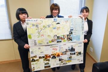 八戸市周辺の子育てに役立つスポットや、見どころをマップにまとめた八戸学院大短期大学部幼児保育学科の学生たち=12月下旬、同大