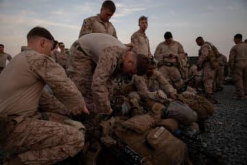 2019年12月31日、クウェートの基地で、在イラク米大使館への派遣を準備する米海兵隊員(米海兵隊提供、ロイター=共同)
