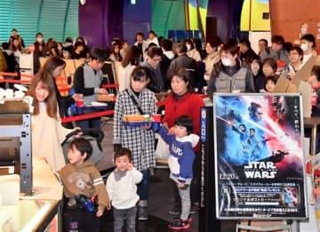 話題作が出そろい、親子連れらでにぎわう映画館=2019年12月28日、福井県福井市の福井コロナシネマワールド