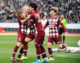 神戸-鹿島 前半、右クロスに合わせてチーム2点目を奪った藤本(左から2人目)を祝うイニエスタら神戸イレブン=1日午後、東京・国立競技場(撮影・中西幸大)