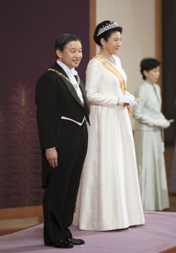 「新年祝賀の儀」であいさつされる天皇、皇后両陛下=1日午前、宮殿・松の間(代表撮影)