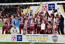 初タイトルとなった天皇杯を掲げる神戸イレブン=1日午後、東京都の国立競技場(撮影・中西幸大)