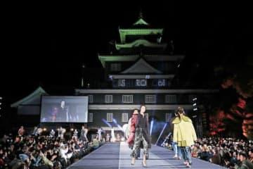 ライトアップした天守閣前で開かれたファッションショー。モデルの冨永愛さんらの登場に会場が沸いた=昨年12月7日