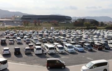 京都スタジアム完成前イベントで、来場者の車であふれる駐車場(2019年11月17日、京都府亀岡市保津町)