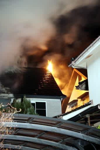 炎を上げて燃える民家(2日午前1時、広島市佐伯区藤の木2丁目)