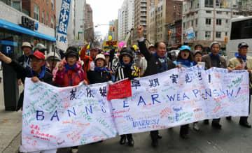 2015年のNPT再検討会議に合わせ、米ニューヨークで平和行進をした長崎の被爆者ら=15年4月26日