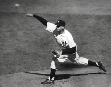 1956年10月、ドジャースとのワールドシリーズ第5戦で完全試合を達成したドン・ラーセン氏=ニューヨーク(AP=共同)