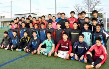 丸岡高校サッカー部の選手たち=福井県坂井市の丸岡スポーツランド