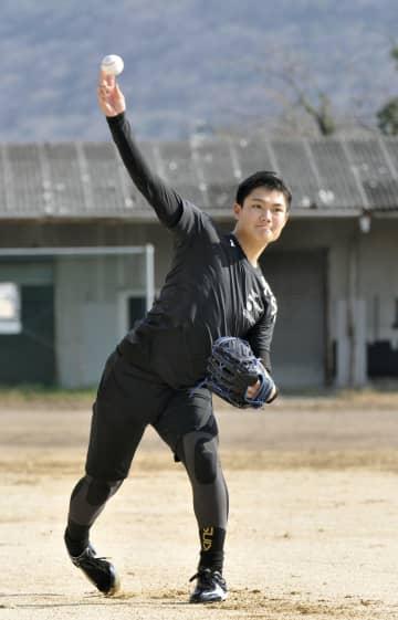 ルーキーイヤー最初の本格的練習を行った阪神の西純矢投手=2日、岡山市