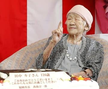 昨年9月の「敬老の日」のイベントで、贈られた特大ケーキを前に笑顔の田中カ子さん=福岡市