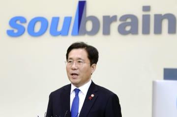 2日、韓国・公州で化学メーカー「ソウルブレーン」のフッ化水素の工場を視察する成允模・産業通商資源相(同省提供・聯合=共同)