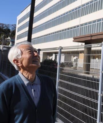 植松聖被告との面会を終え、横浜拘置支所を見上げる最首悟さん=12月、横浜市港南区