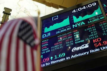 ニューヨーク証券取引所に表示された終値=2日(ロイター=共同)