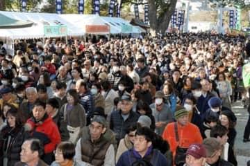 多くの初詣客でにぎわう加藤神社=1日午前11時すぎ、熊本市中央区(上杉勇太)