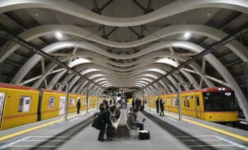 移設工事が終わり、リニューアルオープンした東京メトロ銀座線渋谷駅。M字形の屋根が特徴で、ホーム幅が大幅に広がった=3日早朝、東京都渋谷区