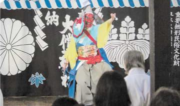見物客を魅了した神楽の舞