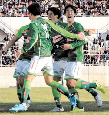 青森山田-米子北 後半1分、ゴールを決めた武田(右端)と喜び合う青森山田イレブン=NACK5スタジアム大宮
