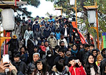 境内の「反橋」を渡り、第一本宮から第四本宮までの4棟の本殿がある方向に進む参拝者ら=1日、大阪市住吉区の住吉大社