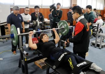 岡山市内で強化合宿に励むパラ・パワーリフティングの台湾女子代表選手=昨年12月