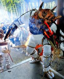 たいまつを手に舞を披露する白鬼=神戸市須磨区妙法寺