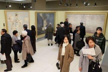 日本美術院同人たちの優品を鑑賞する家族連れらでにぎわう会場