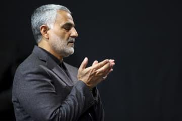 祈りをささげるソレイマニ司令官=2015年3月27日、イラン首都テヘラン(最高指導者事務所提供、AP=共同)