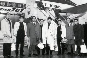1964年東京オリンピックを控え、海外遠征へ出発する福田会長(右から3人目)=本人提供