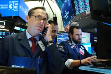 ニューヨーク証券取引所のトレーダーたち=(ゲッティ=共同)