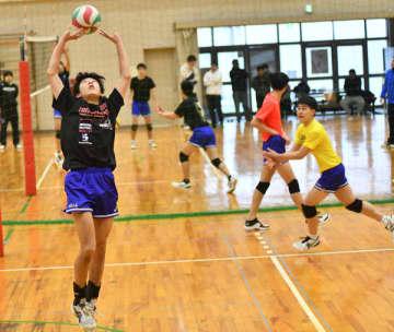 【連係プレーの練習に取り組む松阪工の選手ら=1日、松阪市殿町の同校で】