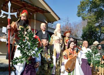 与野公園の天祖神社で並んだ七福神たち=3日、さいたま市中央区
