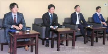 昨季の感想を語る健大高崎高出身の(左から)三ツ間投手、長坂捕手、柘植捕手、湯浅内野手=上毛新聞社
