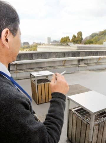 県庁本館屋上に設けられた喫煙場所で一服する職員