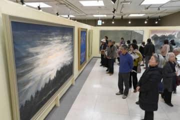格調高い日本画の大作に見入る入場者