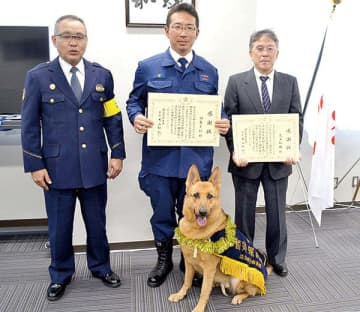 米山和仁署長(左端)から感謝状を贈呈された警察犬指導士の羽鳥文仁さん(中央)とオーナーの荒木和雄さん。前列は警察犬のマリーナ・フォン・レーベン号=朝霞署