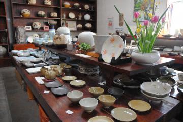 17人の陶芸家が制作した器などが並ぶ向山窯ギャラリーの選抜展=笠間市笠間