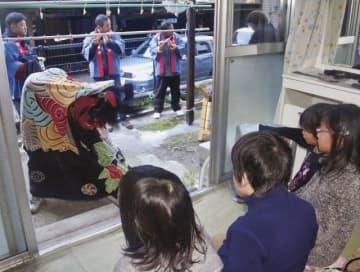 各戸の庭先で行われた獅子舞(和歌山県田辺市龍神村殿原で)