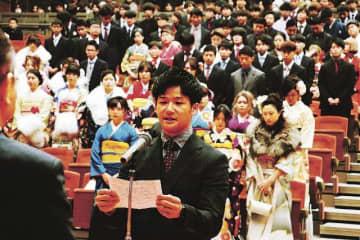 新成人代表で謝辞を述べる竹中隆也さん(3日、和歌山県上富田町朝来で)