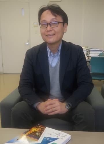 「HTBでの経験を地域に還元したい」と語る早坂准教授=長崎県佐世保市、長崎国際大