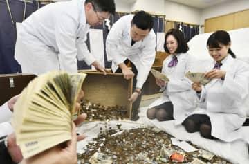 京都市伏見区の伏見稲荷大社で始まった「さい銭開き」=4日午前