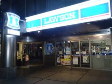 元日の夜間も、看板は点灯していたコンビニの休業店舗=都内のローソン麹町五丁目店